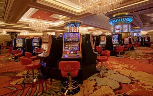 Chơi máy xèng trong Casino